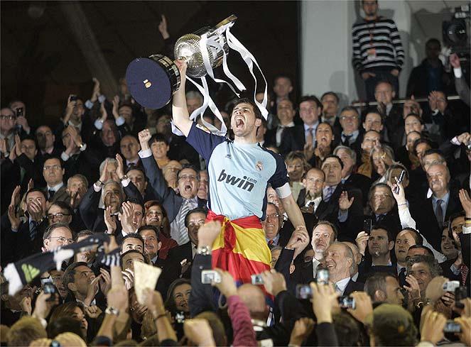 Casillas levanta la Copa del Rey 2011