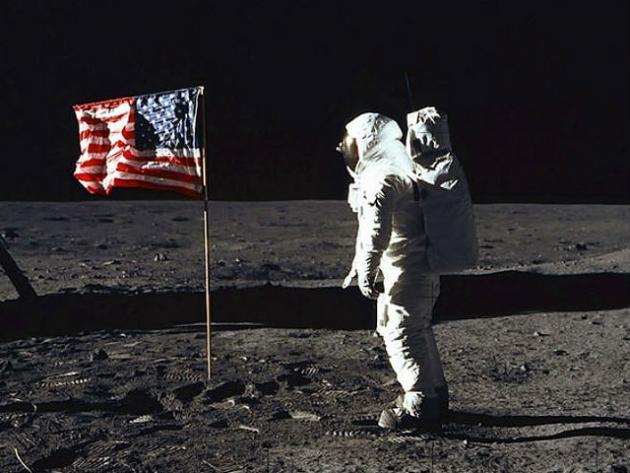 Bandera de EEUU ondeando en la luna